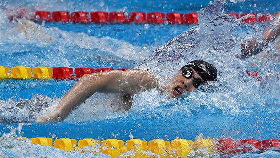 Hwang Sun-woo swims in the men's 200-meter freestyle semifinals at the Aquatics Center in Tokyo on Monday. [JOINT PRESS CORPS]