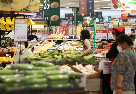 Customers shop in the fresh produce section at a retail market in Seoul on Tuesday. The price of 38 daily necessity items rose by 3.1 percent on year, the Cost Analysis Team at the Korea National Council of Consumer Organizations said on Tuesday. Among the items, the price of eggs increased the most at 70.6 percent. The Cost Analysis Team collects its data from the cost of goods from department stores, marts and supermarkets in 25 districts in Seoul and 10 regions in Gyeonggi every third Thursday and Friday of the month. [YONHAP]