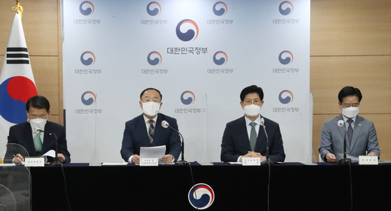 From left, Financial Services Commission chief Eun Sung-soo, Deputy Prime Minister and Finance Minister Hong Nam-ki, Minister of Land, Infrastructure and Transport Noh Hyeong-ouk and Korean National Police Agency Commissioner General Kim Chang-yong participate in a briefing held Wednesday at the government complex in Seoul. [YONHAP]