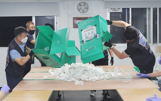 Unionized workers at Hyundai Motor count ballots at the office of Ulsan factory on July 28. [YONHAP]