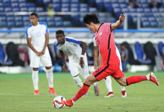 Hwang Ui-jo scores his third goal against Honduras at at International Stadium Yokohama in Yokohama, Japan on Wednesday. [YONHAP]