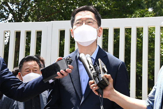 South Gyeongsang Governor Kim Kyoung-soo on Monday makes a comment in front of the jail after he was sentenced to two years for colluding with an online opinion rigging scheme.