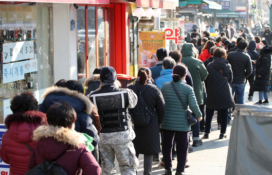 People lining up to buy masks at a pharmacy in Jongno District, central Seoul, on March 5, 2020. [YONHAP]
