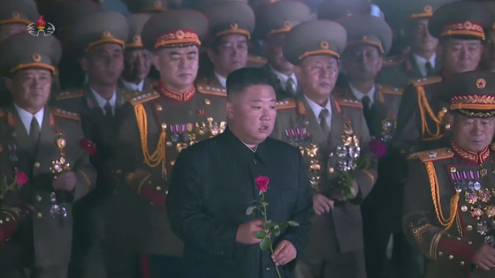 North Korean leader Kim Jong-un lays a flower during a ceremony to commemorate the anniversary of the Korean War armistice in Pyongyang on Tuesday. The photo is a screen capture of North Korean state media KCTV. [YONHAP]