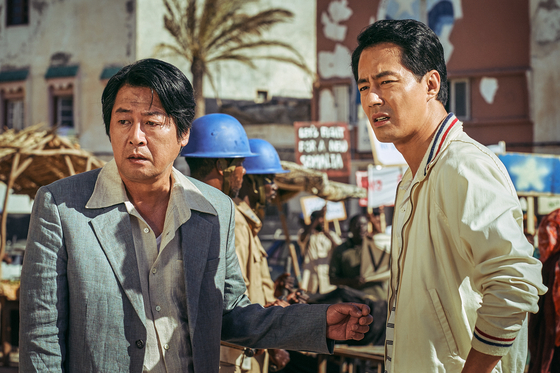 A scene from the film ″Escape from Mogadishu″ with actors Kim Yoon-seok, left, and Zo In-sung. [LOTTE ENTERTAINMENT]