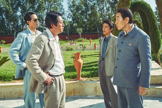 Kim, left, and actor Huh Joon-ho who portrays the ambassador of North Korea to Somalia, briefly meet before the advent of the civil war in Somalia. [LOTTE ENTERTAINMENT]