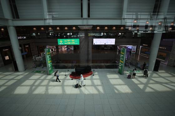 Incheon International Airport's duty-free shops are empty on Thursday as international travel has yet to recover, affected by the fourth wave of the coronavirus pandemic. [YONHAP]