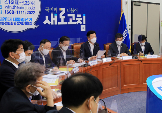 Ruling Democratic Party Chairman Song Young-gil, third from right, speaks before a consultative meeting with government officials on relief grants for people suffering from the pandemic. [LIM HYUN-DONG]