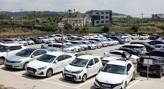 The parking lot at Handam Beach, Jeju Island, is filled with cars. [NEWS1]