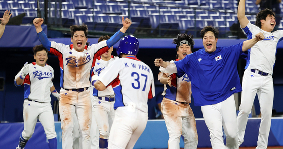 The Korean baseball team celebrates after beating Israel in extra innings in the first game of the 2020 Tokyo Olympics on Thursday. [YONHAP]