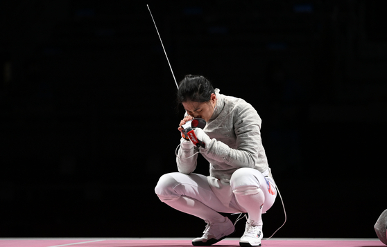 Kim Ji-yeon kisses her sabre after scoring the last point of the bronze medal match against Italy on Saturday at the Makuhari Messe Hall in Chiba, Japan. [JOINT PRESS CORPS]
