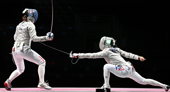 Kim Ji-yeon attacks Irene Vecchi of Italy in the women's team sabre bronze medal match on Saturday at the Makuhari Messe Hall in Chiba, Japan. [JOINT PRESS CORPS]