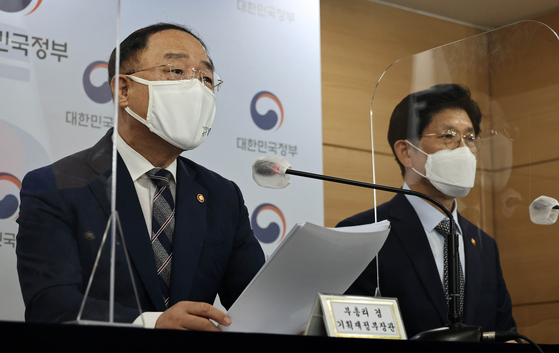 Deputy Prime Minister for Economic Affairs Hong Nam-ki, left, speaks about the government's real estate policy on July 28. [NEWS1]