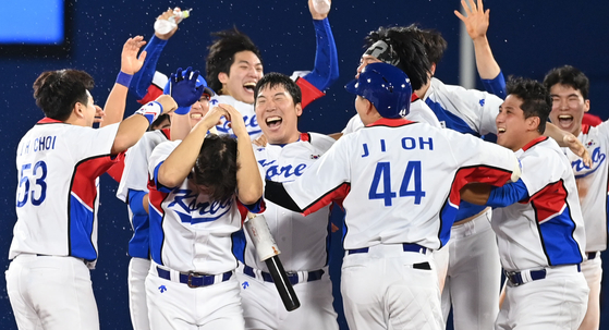 The Korean baseball team celebrates after beating the Dominican Republic in the first round of the knockout stage at the 2020 Tokyo Olympics at Yokohama Stadium in Yokohama, Japan. [JOINT PRESS CORPS]