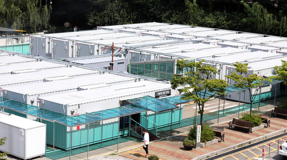 Negative pressure isolation rooms for Covid-19 patients built in a parking lot of Seoul Metropolitan Seobuk Hospital in northern Seoul on Friday. The rooms were built last December amid Korea's third wave of Covid-19. Korea is currently experiencing another wave, with daily cases remaining around 1,000 since early last month. [NEWS1]