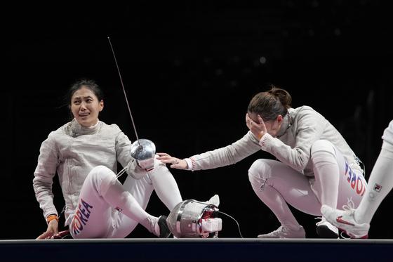 김지연(왼쪽)이 7월 31일 일본 지바에서 열린 2020 하계올림픽 여자 사브르 동메달 결정전에서 이탈리아의 로셀라 그레고리오와 결승점을 통과한 후 반응하고 있다. [AP/ YONHAP]