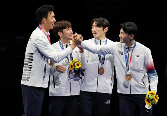 왼쪽부터 권영준, 마세건, 박상영, 송재호가 7월 30일 일본 지바에서 열린 2020 도쿄 선수권 대회 남자 단체전 동메달을 획득한 환호하고 있다. [NEWS1]
