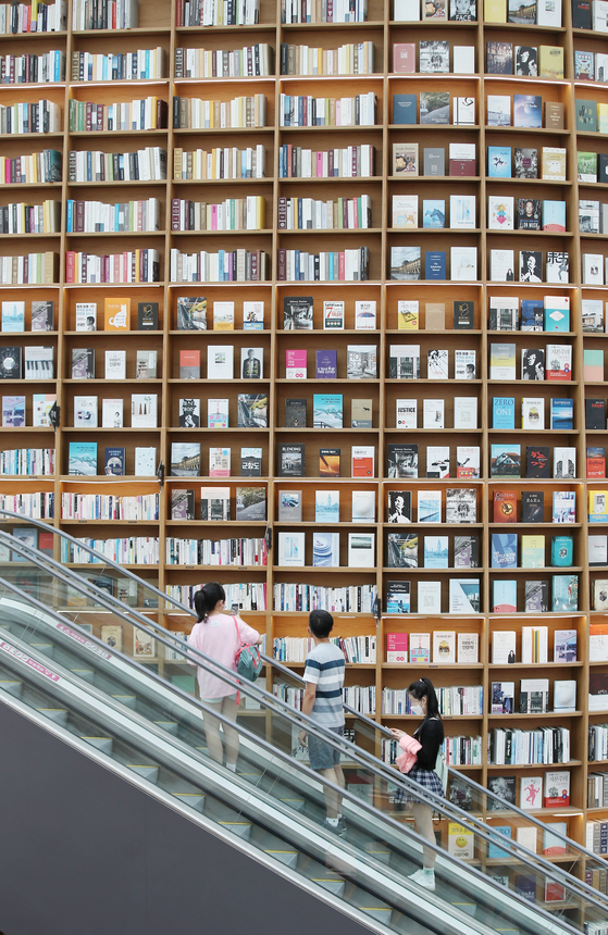 Visitors to Starfield Coex Mall in Gangnam District, southern Seoul, on Sunday take a look around the library. [YONHAP]