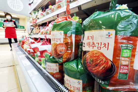 Kimchi products are displayed at a big discount mart in Seoul on July 6. [NEWS1]