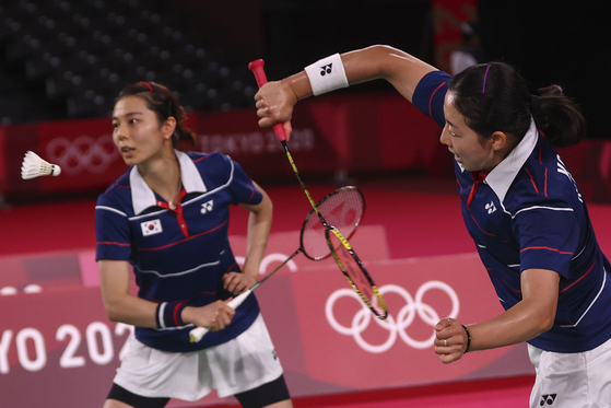 Kong Hee-yong and Kim So-yeong are in action in their match against China's Chen Qingchen and Jia Yifan. [REUTERS/YONHAP]