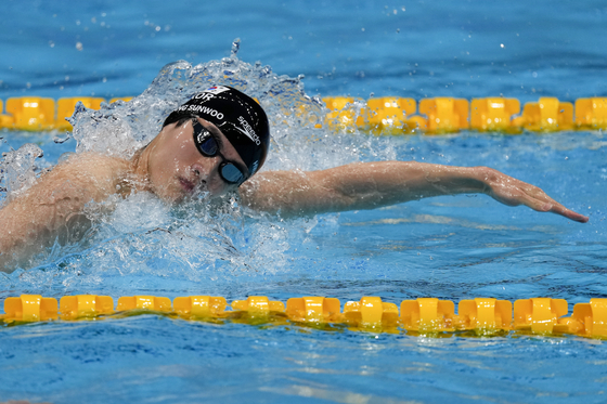 Hwang Sun-woo swims in a heat during the men's 200-meter freestyle at the 2020 Summer Olympics on July 25 in Tokyo, Japan. [AP/YONHAP]