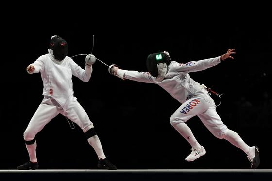 에페이스트 박상영이 30일 일본 지바에서 열린 2020 도쿄올림픽 에페 남자 단체 동메달 결정전에서 중국의 동차오를 공격하고 있다. [XINHUA/YONHAP]