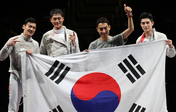 The Korean men's sabre team celebrates after beating Italy in the gold medal match on Wednesday at the Makuhari Messe Hall in Chiba, Japan. With the gold, Korea successfully defended the men's team sabre title it has held since the London 2012 Olympics. [YONHAP]