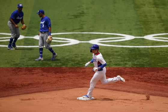 Korea's Oh Ji-hwan rounds the bases after hitting a two-run home run during a baseball game against Israel at Yokohama Baseball Stadium during the 2020 Summer Olympics on Monday. [AP/YONHAP]