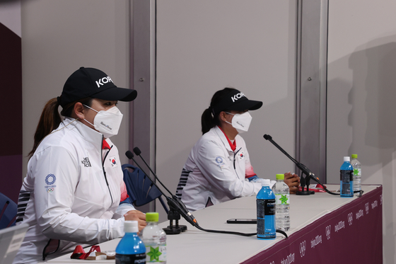 Park In-bee, left, and Ko Jin-young speak to reporters at a press conference at Kasumigaseki Country Club in Saitama, Japan on Monday. [YONHAP]