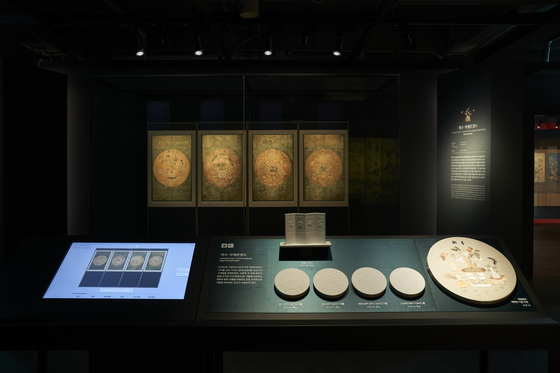A room at the Seoul Museum of Craft Art features the ″Folding Screen of Embroidered Sagye Bungyeongdo″ from the late Goryeo dynasty (918-1392) alongside a tactile for visually impaired visitors.           [SEOUL MUSEUM OF CRAFT ART]