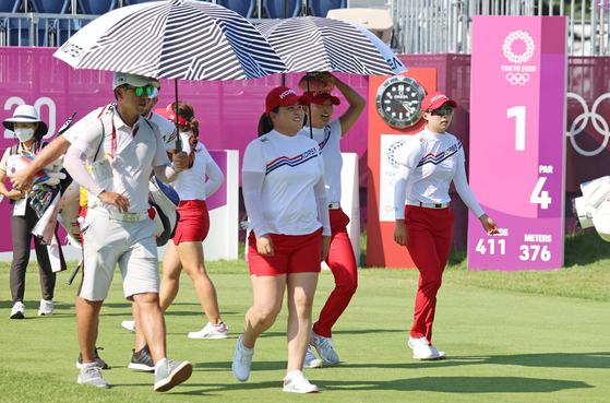 From left, Park In-bee, Ko Jin-young and Kim Hyo-joo practice on the golf course at the Kasumigaseki Country Club in Saitama, Japan on Sunday. [YONHAP]