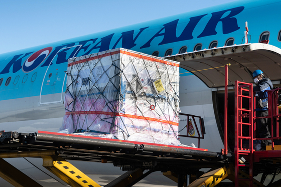 Korean Air Lines loads cargo onto a plane. The airline on Monday said it flew 10,000 cargo flights since March 2020. [KOREAN AIR LINES]