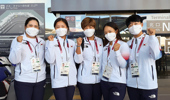 From left: Park In-bee, Ko Jin-young, head coach Pak Se-ri, Kim Sei-young and Kim Hyo-joo pose after arriving at Narita International Airport in Chiba, Japan on Saturday to prepare for the women's golf tournament starting Wednesday. [YONHAP]