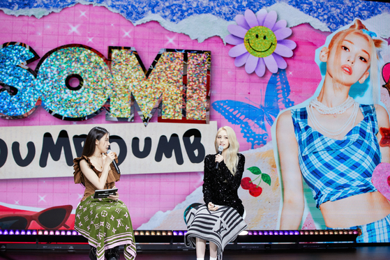 Somi sat down to discuss her new song with JooE of girl group Momoland, the emcee of the showcase. [THE BLACK LABEL]