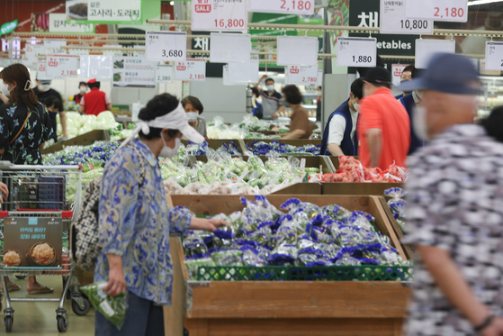 Customers check the options in the vegetable section of Hanaro Mart's Yangjae branch in Seocho District, southern Seoul, on Aug. 1. [YONHAP]