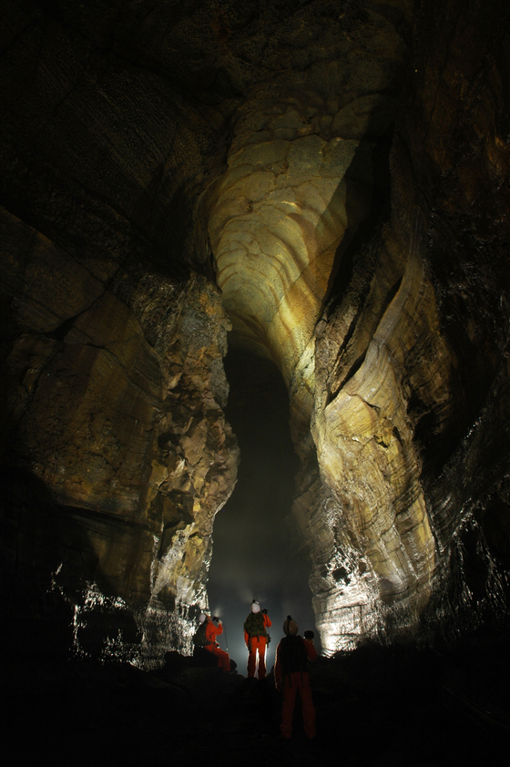 Gimnyeonggul is about 705 meters long and is highly valued due to its well-preserved internal morphologies, which help to better understand the formation processes. [JEJU WORLD NATURAL HERITAGE CENTER]