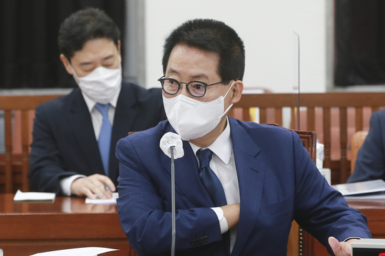 Park Jie-won, director of the National Intelligence Service, briefs the National Assembly intelligence committee in Yeouido, western Seoul, Tuesday. [YONHAP]