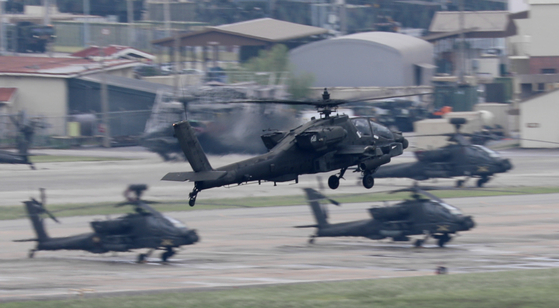 Military helicopters fly over Camp Humphreys in Pyeongtaek in Gyeonggi Monday, after Kim Yo-jong, the sister of North Korean leader, warned Sunday that a summertime military exercise between Seoul and Washington could undermine inter-Korean relations. [NEWS1]