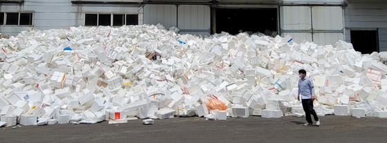 Styrofoam boxes are piled in front of a waste management company on Wednesday. Waste in Korea surged as the number of food and parcel deliveries jumped during the pandemic. [YONHAP]