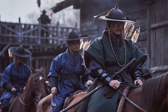 Min Chi-rok (played by actor Park Byung-eun), the head of his military camp on the far right, wrongfully blames the deaths of a group of Pajeowi men upon Seongjeoyain, leading Ashin to take revenge upon his troops. [NETFLIX]