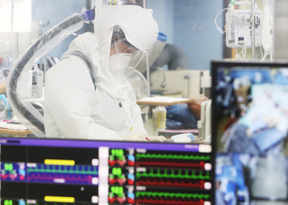A medical professional in protective gear is working at a Covid-19 designated hospital at Bagae Hospital in Pyeongtaek, Gyeonggi, on Wednesday. [YONHAP]