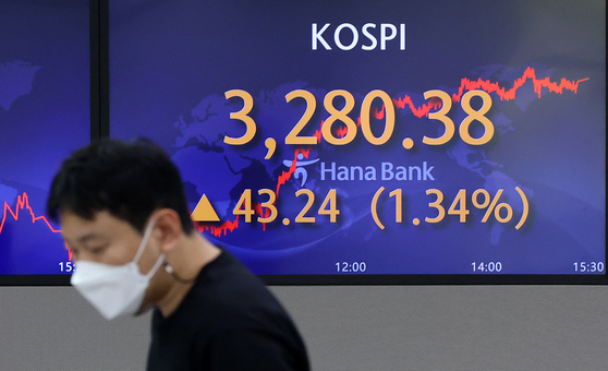 A screen in Hana Bank's trading room in central Seoul shows the Kospi closing at 3,280.38 points on Wednesday, up 43.24 points, or 1.34 percent, from the previous trading day. [NEWS1]