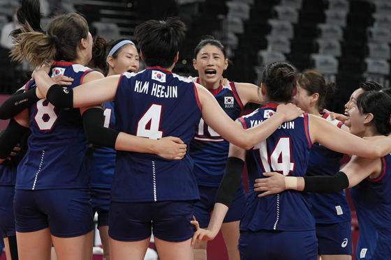 한국 여자 배구 대표팀이 수요일 도쿄에서 열린 2020 하계 올림픽 한국과 터키의 8강전에서 승리를 축하하고 있다. [AP/YONHAP]