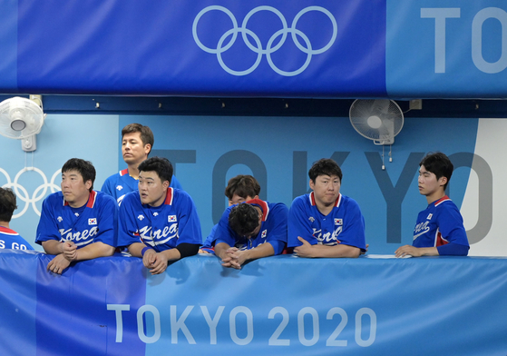 Korean players look on as Japan wins a semifinal game between the two countries in the baseball tournament at the 2020 Tokyo Olympics at Yokohama Stadium in Yokohama on Wednesday. [JOINT PRESS CORPS]