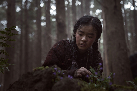 The young Ashin (played by actor Kim Si-a) first discovers the resurrection plant growing near Pyesa-gun. [NETFLIX]