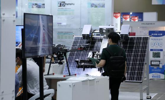 Solar panels on display at the International Solar Energy Expo and Conference held at Kintex in Goyang, Gyeonggi, in June. [YONHAP]