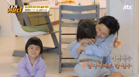 """Television personality Kim Na-young and her children on the JTBC reality show """"Brave Solo Parenting: I Raise,"""" which stars divorced celebrities raising their children. [JTBC]"""