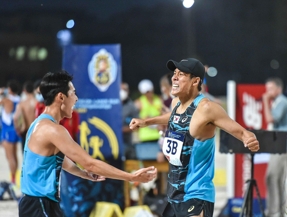 Jun woong-tae, left, and Jung Jin-hwa win silver in the men's modern pentathlon team relay at the Union Internationale de Pentathlon world championships on June 9 in Cairo, Egypt. [YONHAP]