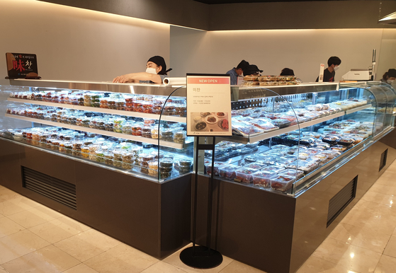 Packs of banchan, or side dishes, are sold at a Lotte Department Store branch in Nowon District, northern Seoul. [LOTTE DEPARTMENT STORE]