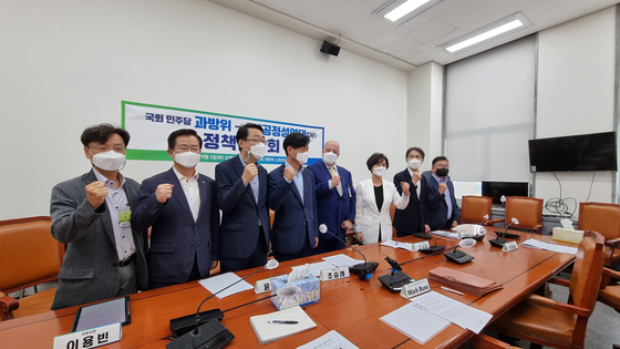 Members of the Science, ICT, Broadcasting and Communications Committee and Mark Buse (fourth from right), a founding member of the Coalition for App Fairness, pose for photos during a meeting on the proposed revision to the Telecommunications Business Act, nicknamed the Anti-Google law, held on Tuesday at the National Assembly in southern Seoul. [YOON SO-YEON]